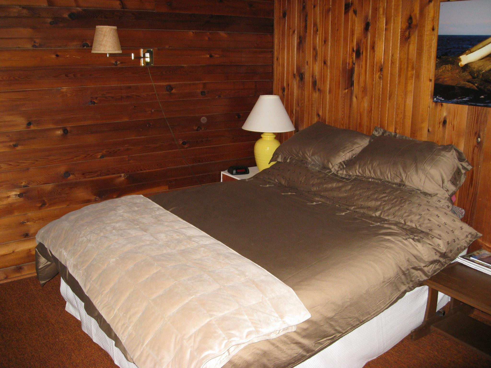 surf-lodge-1-queen-room-4-001